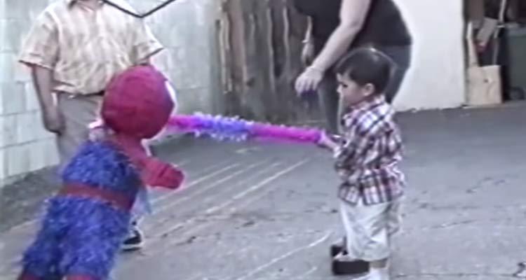 Este pequeño no quería romper su piñata de cumpleaños…