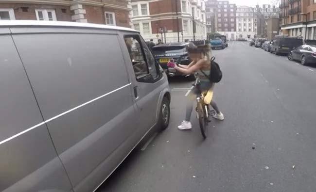 Ciclista se venga de una agresión