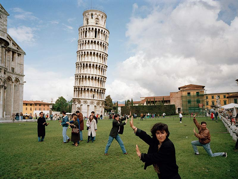 Meme sujetando la torre de Pisa