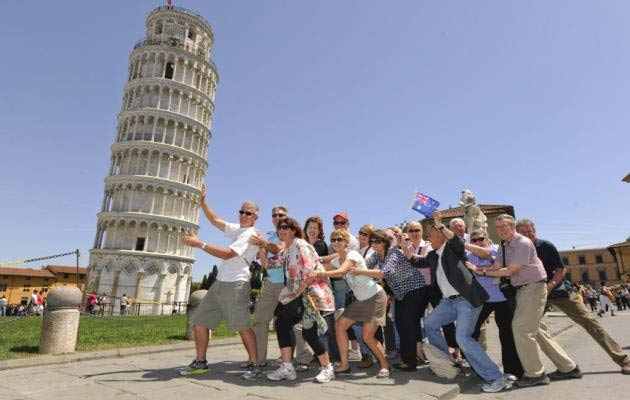 Turistas sujetando la torre de Pisa
