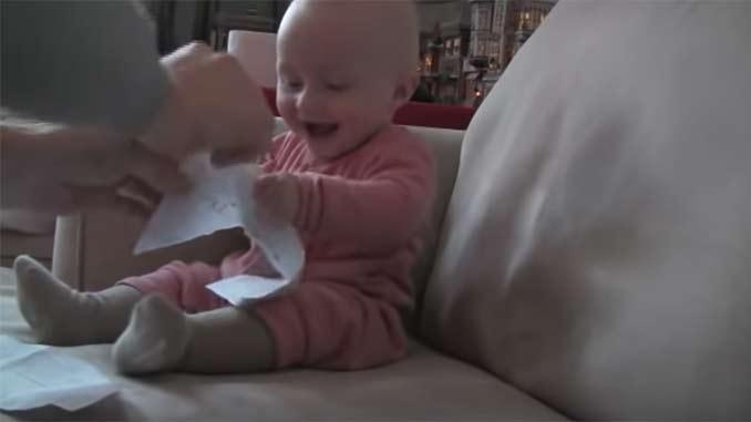 Bebé riendo