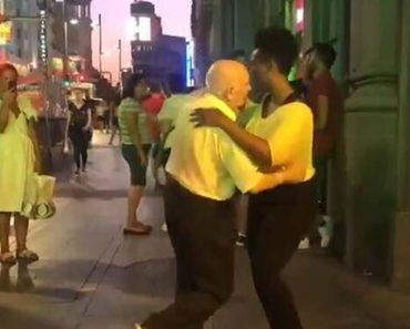 Anciano bailando